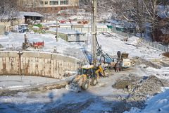ΜΟΣΧΑ, FEB 01, 2018: Χειμερινή άποψη σχετικά με το βρώμικο βαρύ εξοπλισμό κατασκευής, εργαζόμενοι οχημάτων στην εργασία Διαδικασί Στοκ Εικόνα