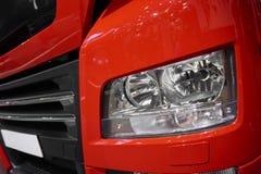 ΜΟΣΧΑ, 5 SEP, 2017: Άποψη σχετικά με το κόκκινο μπροστινό φως φορτηγών ΑΤΟΜΩΝ και τα κάγκελα θερμαντικών σωμάτων Εμπορική μεταφορ στοκ εικόνες