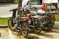 Μοτοποδήλατα και μηχανικά δίκυκλα που σταθμεύουν Στοκ φωτογραφίες με δικαίωμα ελεύθερης χρήσης