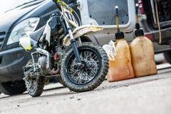 Μοτοσικλέτα για τον ακραίο αγώνα σταθμευμένος κοντά επάνω της ρόδας στοκ φωτογραφία