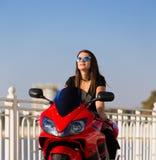 Μοτοσικλέτα, γυναίκα, μαύρο φόρεμα, γυαλιά ηλίου, οδήγηση Στοκ Εικόνες
