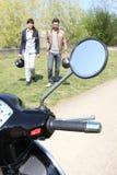 μοτοσικλέτα ζευγών πλησίον Στοκ φωτογραφία με δικαίωμα ελεύθερης χρήσης