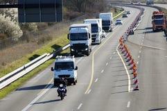 Μοτοσικλέτα και ΦΟΡΤΗΓΟ στην εθνική οδό στοκ φωτογραφία με δικαίωμα ελεύθερης χρήσης