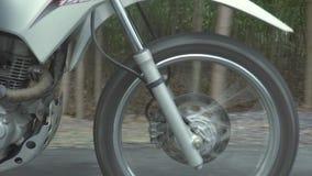 Μοτοσικλέτα ροδών που οδηγά στο δρόμο ενώ ταξίδι moto Οδήγηση ατόμων ποδηλατών στη μοτοσικλέτα στο δρόμο επαρχίας E απόθεμα βίντεο