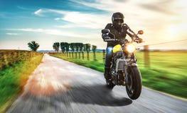 Μοτοσικλέτα στην οδική οδήγηση κατοχή της διασκέδασης που οδηγά τον κενό δρόμο Στοκ φωτογραφία με δικαίωμα ελεύθερης χρήσης