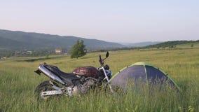 Μοτοσικλέτα του ταξιδιώτη στην εθνική οδό Transfagarasan στη Ρουμανία, ο ομορφότερος δρόμος στην Ευρώπη απόθεμα βίντεο