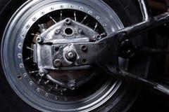 Μοτοσικλέτα swingarm και κινηματογράφηση σε πρώτο πλάνο ροδών Στοκ Φωτογραφία