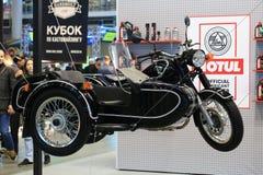 Μοτοσικλέτα Ural μ-70 ο αναδρομικός Μαύρος με τον περιπατητή Η σωστή άποψη Εγκατάσταση στα καλώδια στοκ εικόνες