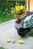 Μοτοσικλέτα ή μηχανικά δίκυκλα με ακριβώς το παντρεμένο σημάδι και δοχεία συνημμένα στοκ φωτογραφία με δικαίωμα ελεύθερης χρήσης