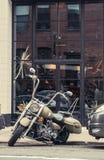 Μοτοσικλέτα που σταθμεύουν μπροστά από ένα κατάστημα Στοκ Φωτογραφίες