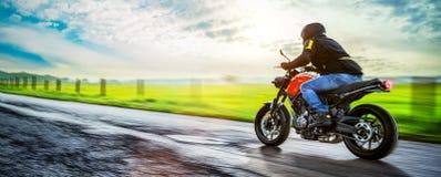 Μοτοσικλέτα στην οδική οδήγηση κατοχή της διασκέδασης που οδηγά τον κενό δρόμο Στοκ Φωτογραφία