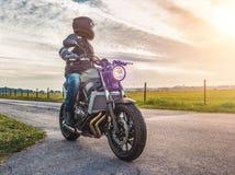 Μοτοσικλέτα στην οδική οδήγηση κατοχή της διασκέδασης που οδηγά τον κενό δρόμο ο Στοκ Εικόνες