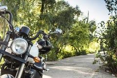 Μοτοσικλέτα στο δρόμο με ένα κράνος handlebars Στοκ φωτογραφία με δικαίωμα ελεύθερης χρήσης
