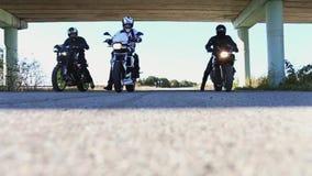Μοτοσυκλετιστές δέντρων στην έναρξη Οδηγώντας κοντά τις μοτοσικλέτες απόθεμα βίντεο