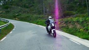 Μοτοσυκλετιστής που η αθλητική μοτοσικλέτα του σε έναν δρόμο Curvy φιλμ μικρού μήκους
