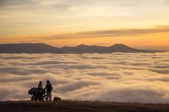 Μοτοσυκλετιστής τουριστών Wo στα βουνά Στοκ Εικόνες
