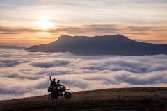 Μοτοσυκλετιστής τουριστών Wo στα βουνά Στοκ Φωτογραφίες