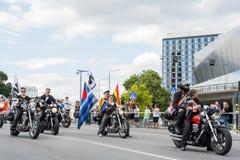 Μοτοσυκλετιστές κατά τη διάρκεια της παρέλασης υπερηφάνειας της Στοκχόλμης σε Hantverkargatan κοντά στο Δημαρχείο Στοκ φωτογραφία με δικαίωμα ελεύθερης χρήσης