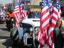 Μοτοσυκλετιστές με τις αμερικανικές σημαίες στις τελετές έναρξης, στο κέντρο της πόλης Sturgis, SD Στοκ Εικόνα