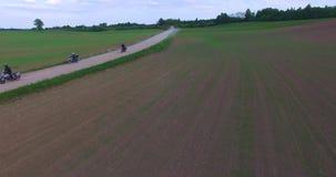 Μοτοσυκλετιστές που περιοδεύουν τα περάσματα της Λιθουανίας κοντά σε ένα οδικό ποδήλατο enduro απόθεμα βίντεο