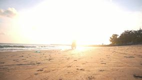 Μοτοσυκλετιστής που οδηγεί τη μοτοσικλέτα του στην παραλία κατά τη διάρκεια του ηλιοβασιλέματος φιλμ μικρού μήκους