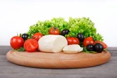 Μοτσαρέλα με τις ντομάτες κερασιών, το arugula, τα φύλλα μαρουλιού και το bla Στοκ εικόνες με δικαίωμα ελεύθερης χρήσης