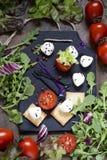 Μοτσαρέλα με τις ντομάτες, την πράσινα σαλάτα και το arugula Στοκ Εικόνες