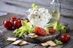 Μοτσαρέλα με τις ντομάτες, την πράσινα σαλάτα και το arugula Στοκ φωτογραφία με δικαίωμα ελεύθερης χρήσης