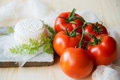 Μοτσαρέλα, ντομάτες κερασιών και φρέσκος βασιλικός - συστατικά για τη caprese σαλάτα Στοκ Φωτογραφίες