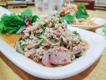 Μουγκρητό Larb, ταϊλανδική κομματιασμένη σαλάτα χοιρινού κρέατος με το χορτάρι Στοκ φωτογραφία με δικαίωμα ελεύθερης χρήσης