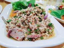 Μουγκρητό Larb, ταϊλανδική κομματιασμένη σαλάτα χοιρινού κρέατος με το χορτάρι Στοκ εικόνες με δικαίωμα ελεύθερης χρήσης