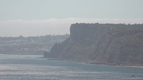 Μουντή ημέρα στους ωκεάνιους απότομους βράχους φιλμ μικρού μήκους