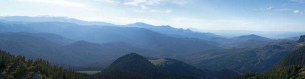 Μουντός ήλιος πέρα από τις αιχμές βουνών στοκ φωτογραφίες