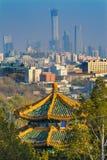 Μουντός ορίζοντας Πεκίνο ουρανοξυστών πάρκων Jingshan παγοδών Zhoushang στοκ φωτογραφία