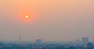 Μουντός ορίζοντας της πόλης Chiang Mai, αιθαλομίχλη της Ταϊλάνδης που καλύπτει buildin στοκ εικόνες με δικαίωμα ελεύθερης χρήσης