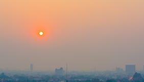 Μουντός ορίζοντας της πόλης Chiang Mai, αιθαλομίχλη της Ταϊλάνδης που καλύπτει buildin στοκ εικόνα
