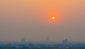 Μουντός ορίζοντας της πόλης Chiang Mai, αιθαλομίχλη της Ταϊλάνδης που καλύπτει buildin στοκ φωτογραφίες