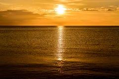 Μουντό χρυσό ηλιοβασίλεμα στον κόλπο Τζαμάικα Montego στοκ εικόνα με δικαίωμα ελεύθερης χρήσης