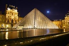 Μουσείο Γαλλία πυραμίδων του Λούβρου τή νύχτα Στοκ Εικόνες