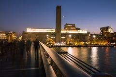 Μουσείο και ποταμός Τάμεσης στοών του Tate στο σούρουπο με την ημισέληνο φεγγαριών στοκ φωτογραφία