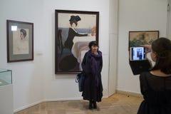 μουσείο Πετρούπολη Ρωσία ρωσικά τοπίων πόλεων Θεατές στα έργα ζωγραφικής από το Leon Bakst Στοκ Φωτογραφίες