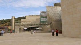 Μουσείο του Γκούγκενχαϊμ Μπιλμπάο σύγχρονου και της σύγχρονης τέχνης που καλωσορίζει τους επισκέπτες του απόθεμα βίντεο