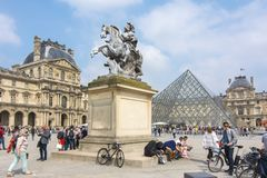 Μουσείο του Λούβρου και πυραμίδα, Παρίσι, Γαλλία στοκ εικόνες με δικαίωμα ελεύθερης χρήσης