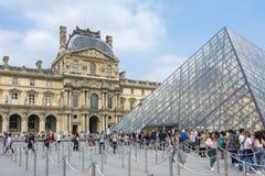 Μουσείο του Λούβρου και πυραμίδα, Παρίσι, Γαλλία στοκ φωτογραφία με δικαίωμα ελεύθερης χρήσης