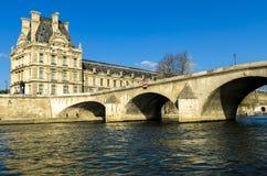 Μουσείο του Λούβρου στο Παρίσι από τον ποταμό του Σηκουάνα Στοκ Εικόνες