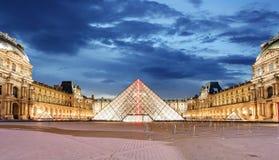 Μουσείο του Λούβρου στο Παρίσι τη νύχτα, Γαλλία Στοκ Εικόνες