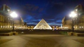 Μουσείο του Λούβρου τή νύχτα, Παρίσι, Γαλλία Στοκ εικόνες με δικαίωμα ελεύθερης χρήσης