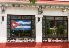Μουσείο Frontview ρουμιού λεσχών της Κούβας Varadero Αβάνα με τη σημαία Στοκ Εικόνες