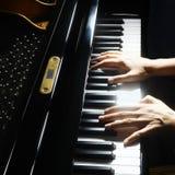 Μουσικά χέρια πιάνων οργάνων Στοκ εικόνα με δικαίωμα ελεύθερης χρήσης