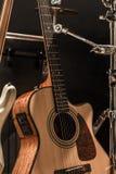 μουσικά όργανα, ακουστική κιθάρα και βαθιά κιθάρα και τύμπανα οργάνων κρούσης Στοκ εικόνα με δικαίωμα ελεύθερης χρήσης